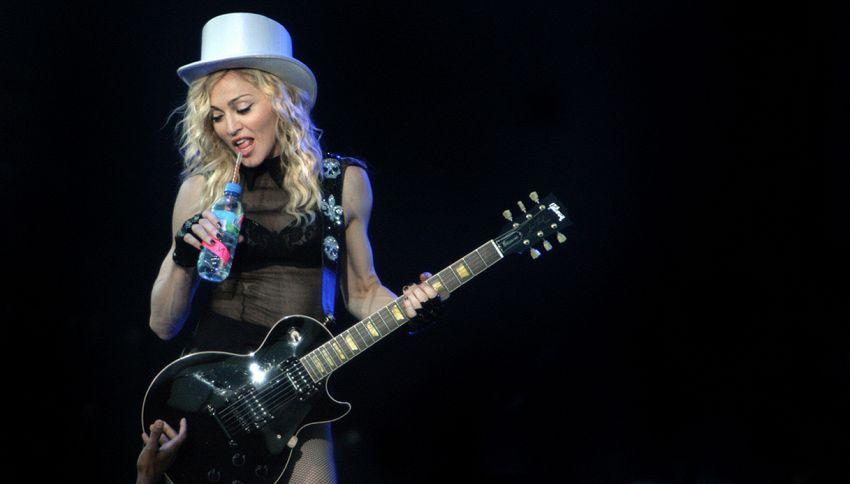 L'ultima di Madonna: promette sesso orale a chi vota Hillary Clinton