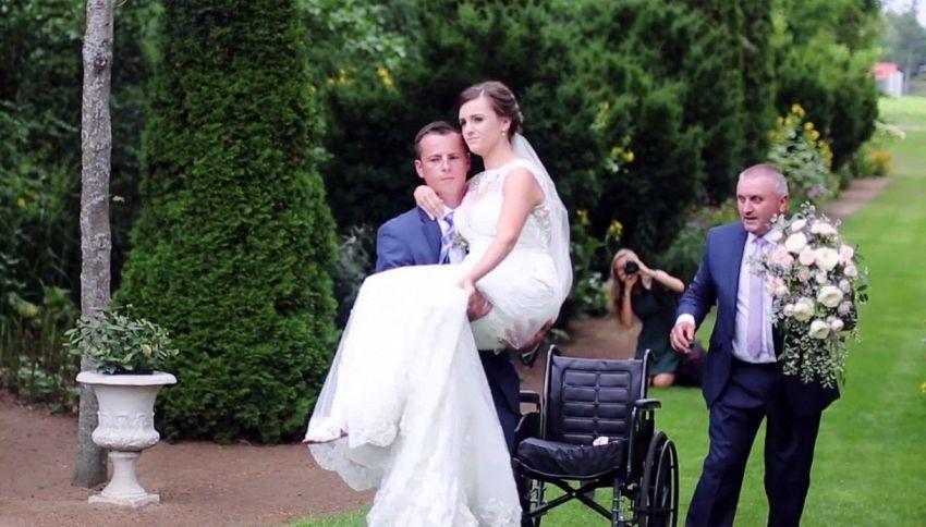 Perde l'uso della gambe poco prima del matrimonio. Il marito la fa volare all'altare