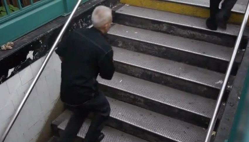 La fermata della metro di New York dove tutti inciampano