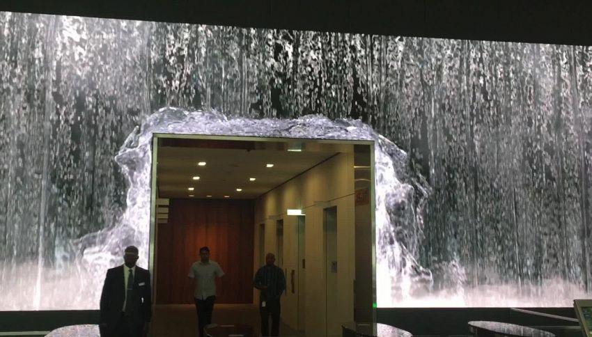 Per entrare in questo ufficio devi passare sotto una cascata