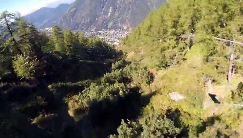Terribile schianto durante un volo in tuta alare: salvo per miracolo