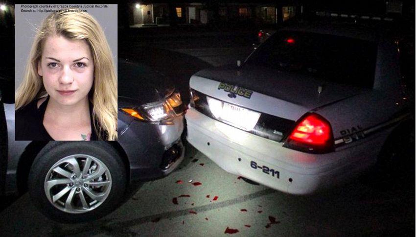 Vuole scattarsi selfie in topless per il fidanzato: tampona l'auto della polizia