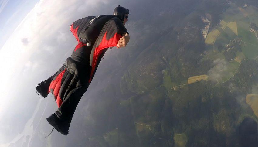 Base jumping, lo sport più estremo del mondo conquista il web