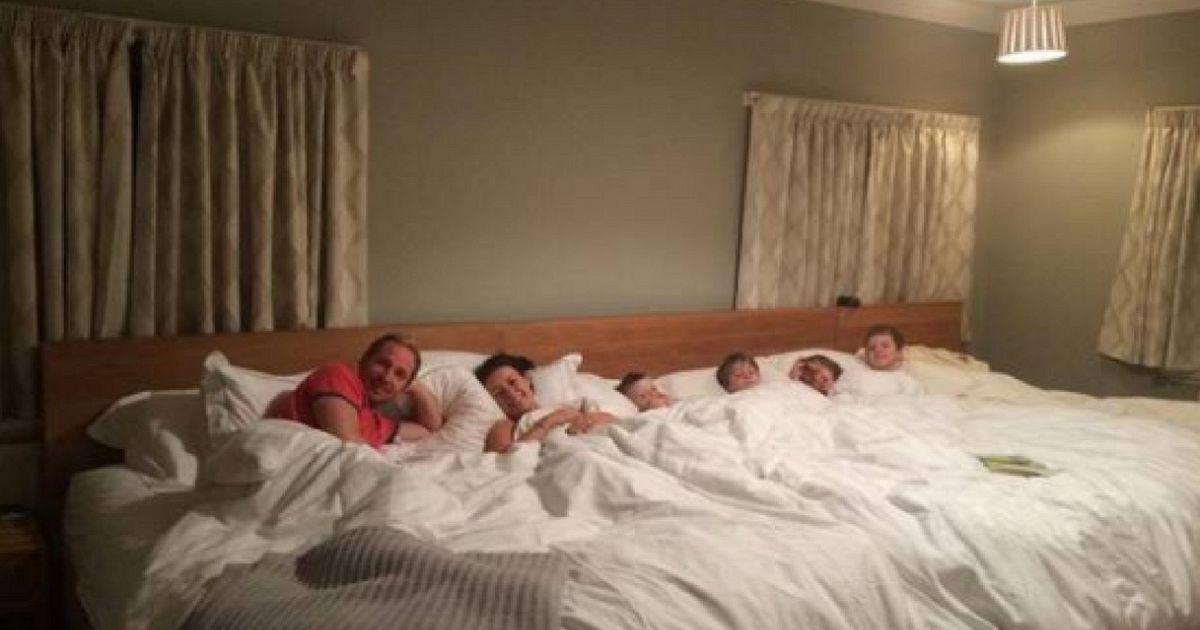 Costruiscono un letto di 5 metri per dormire insieme con i 4 figli supereva - Come essere sensuali a letto ...
