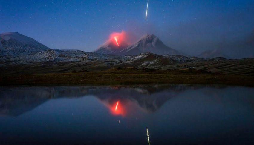 Una meteora mentre il vulcano erutta: la foto più mozzafiato di sempre