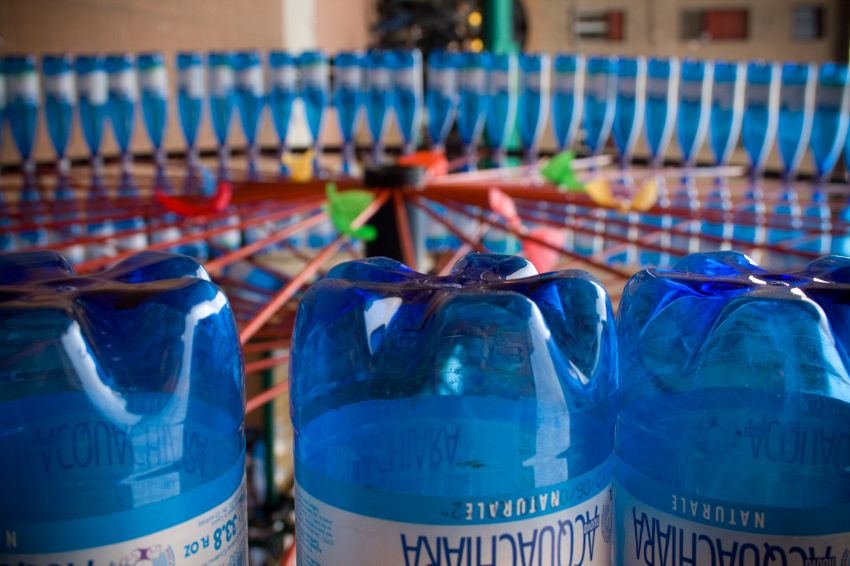 Perché è bene non riutilizzare le bottiglie di plastica