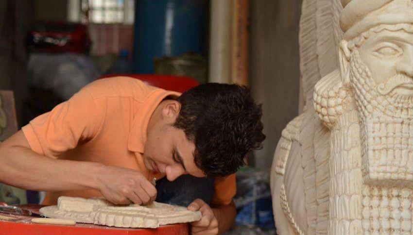 In Iraq un ragazzo 17enne riproduce le statue distrutte dall'Isis