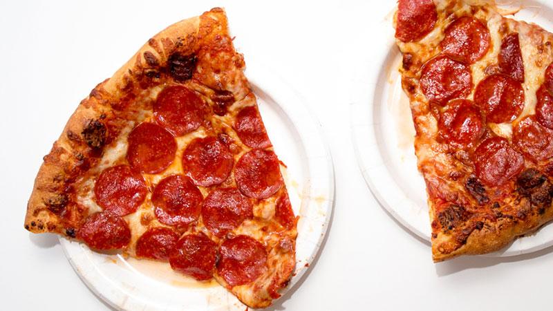 Con il ferro da stiro e il phon: il sito americano svela come scaldare la pizza