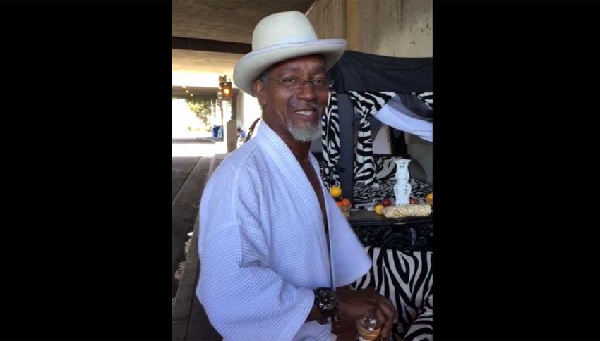 Il senzatetto di Los Angeles che vive con due toilette, divani, letto e 'jacuzzi'