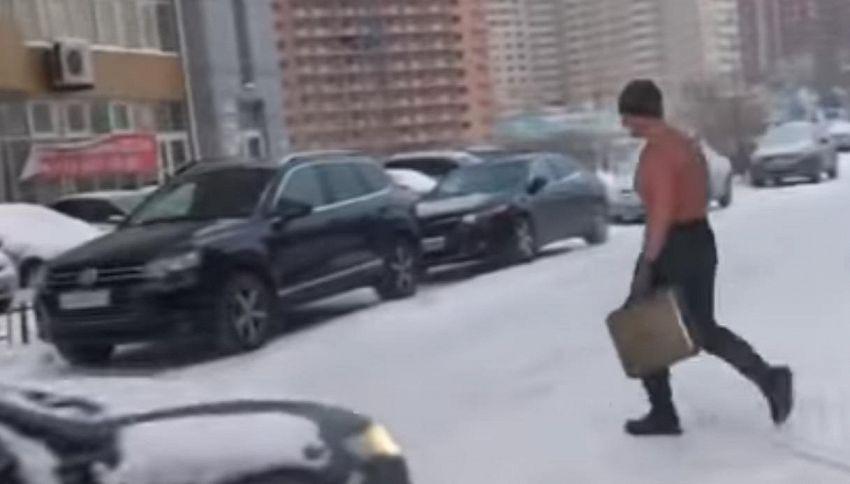 Siberia: fa -30 e lui va al lavoro tutti i giorni a torso nudo