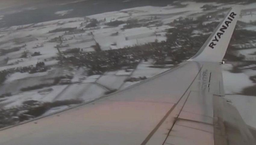 L'ufo sfiora l'aereo, il video di un passeggero