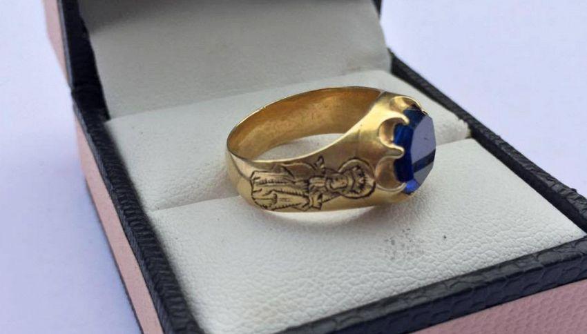 Gira con il metal detector, trova un anello da 83 mila euro