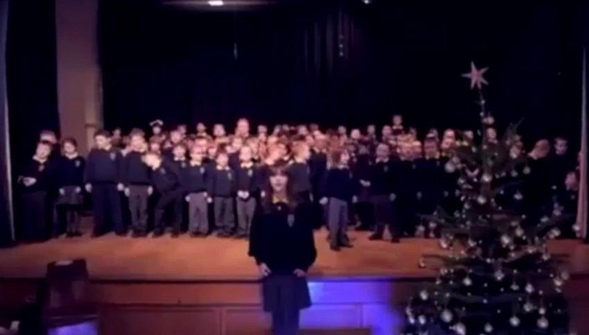 """La bambina autistica canta """"Hallelujah"""" e incanta il web"""