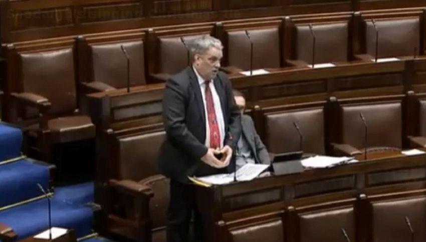 Imbarazzo in parlamento: cravatta di Natale del deputato suona