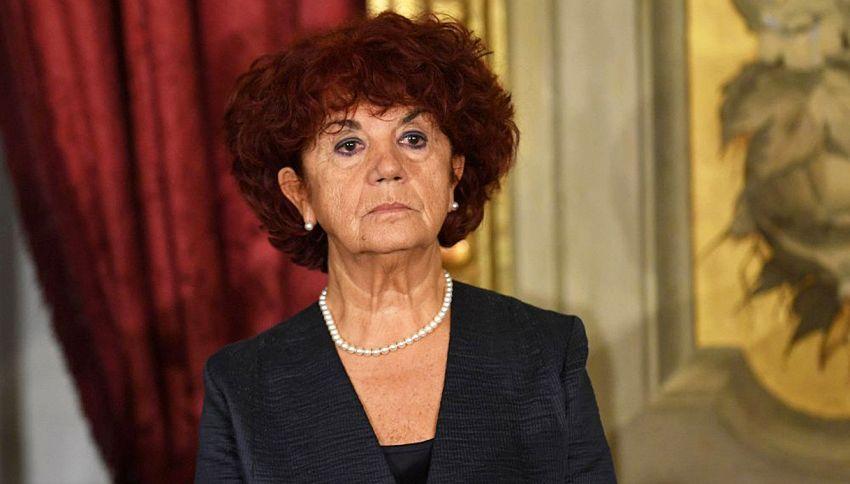 Il ministro Fedeli si difende. Spariscono dicitura e cv