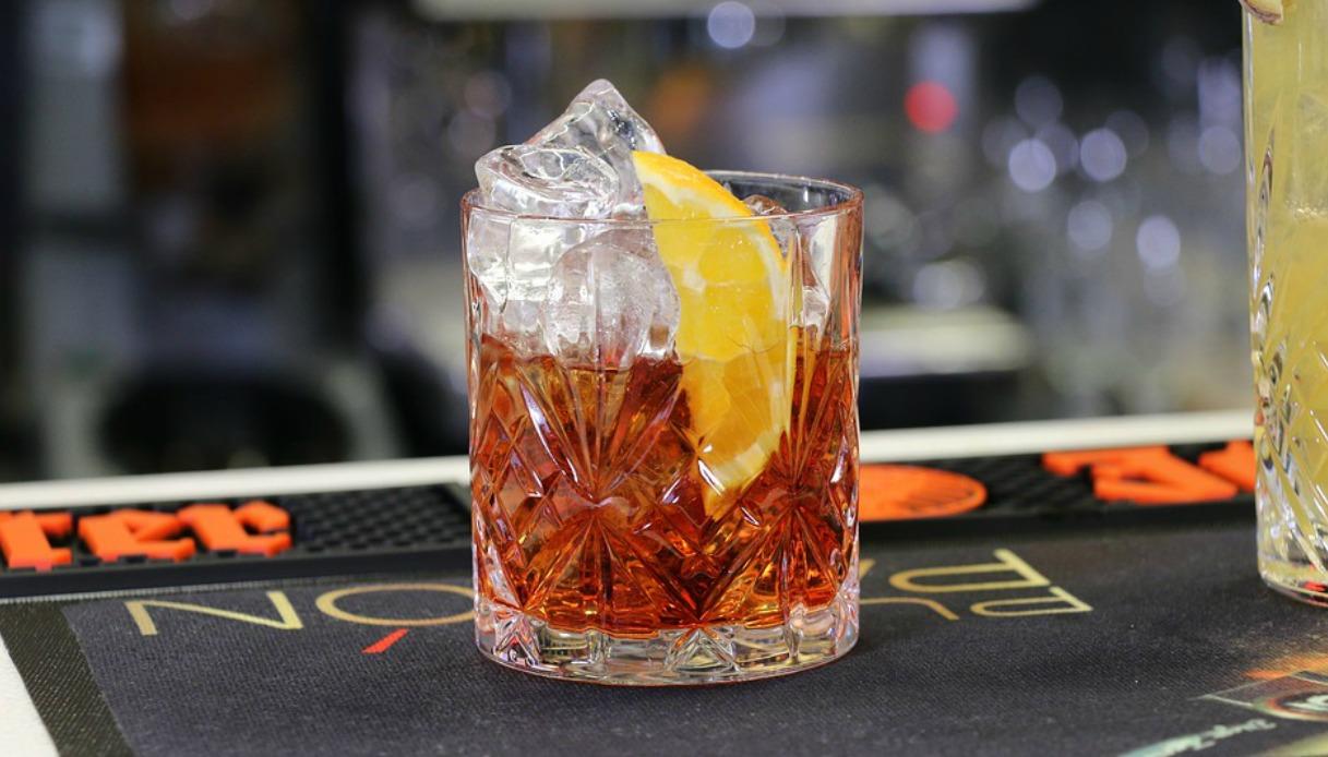 Alcolici a tutte le ore, anche ai minorenni - Видео смотреть