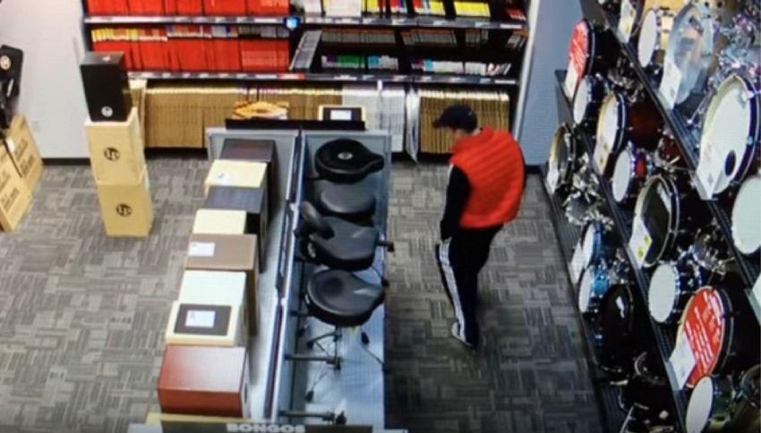 Ladro ruba una chitarra infilandosela nei pantaloni