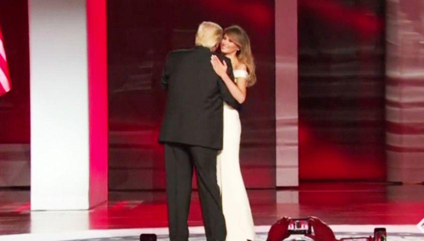 Trump non va a tempo. Ecco il goffo ballo con Melania