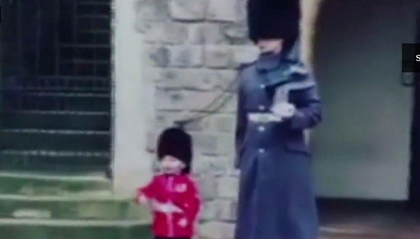 Questo bambino riesce a commuovere la Guardia inglese