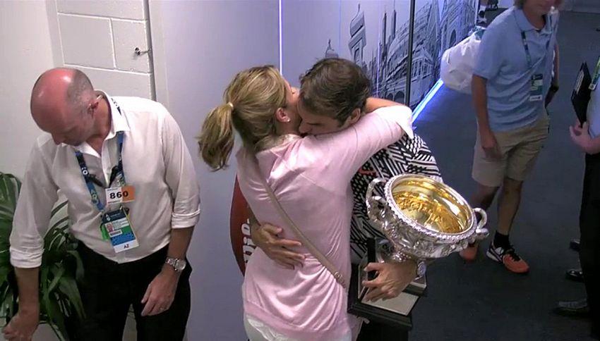 Il tenero abbraccio tra Federer e Mirka dopo gli Australian Open