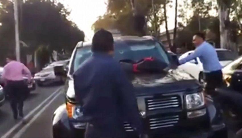 Trova la moglie in macchina con l'amante. La sfuriata è virale