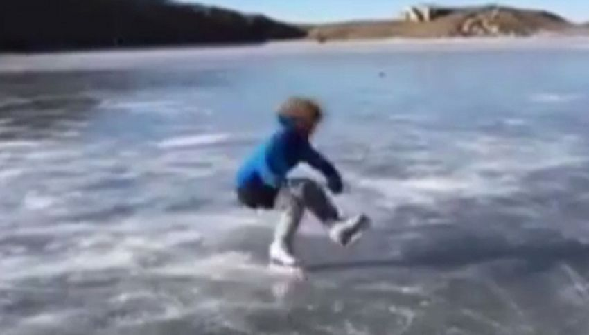 La danza sui pattini del bimbo sul lago ghiacciato è incredibile