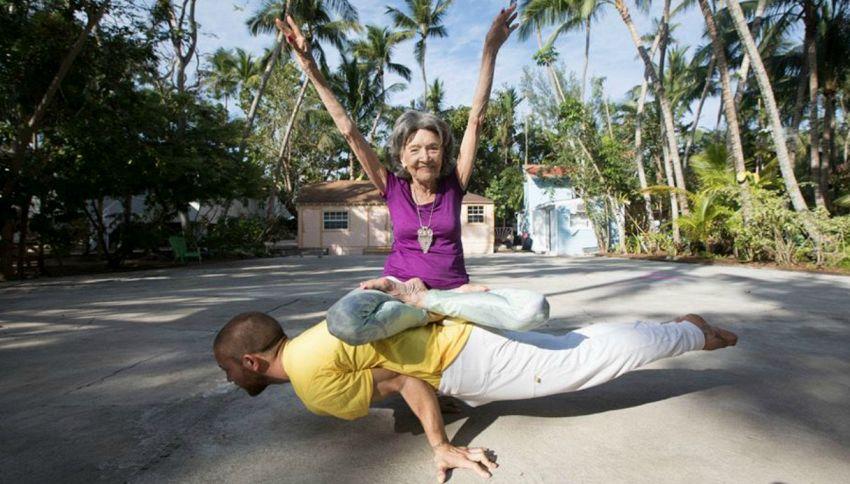 Ha 98 anni, è la più anziana insegnante di yoga al mondo