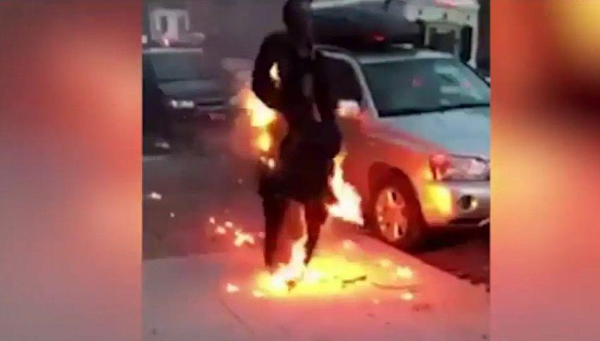 Il mistero dell'uomo in fiamme che passeggia per New York
