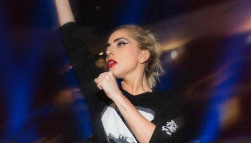 """Lady Gaga annulla 10 concerti: """"Devastata da forti dolori"""""""