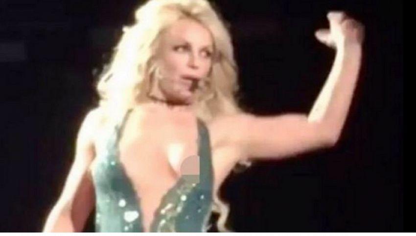 Incidente sexy per Britney Spears: fuori di seno al concerto