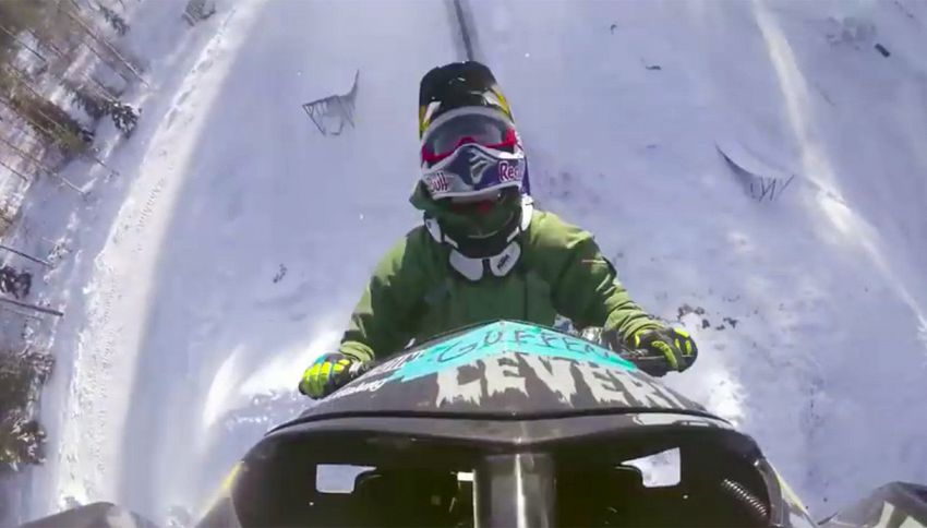 L'incredibile doppio salto mortale con motoslitta