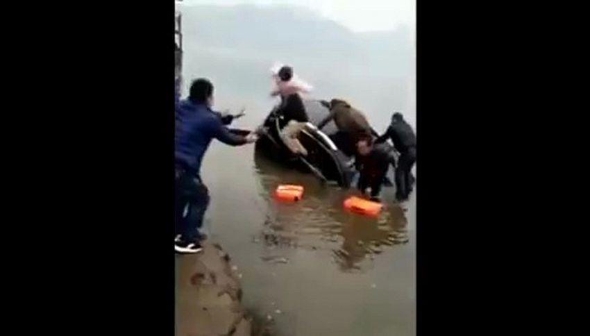 L'auto affonda, il padre lancia la figlia per salvarla