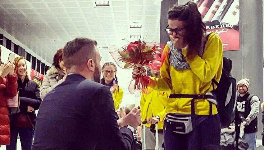 La proposta di matrimonio in aeroporto: la reazione è commovente