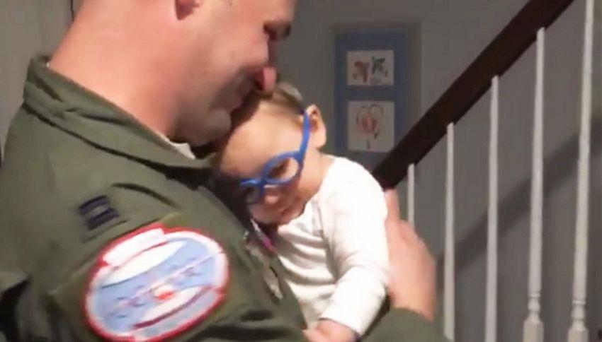 Mette gli occhiali, finalmente vede bene il suo papà. Commovente!