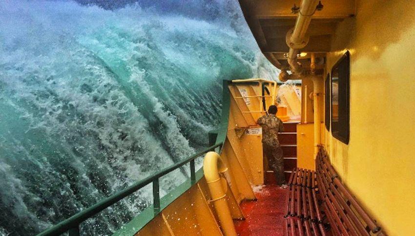 L'onda si abbatte sul traghetto: la foto del marinaio è perfetta