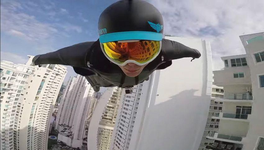 In volo con la tuta alare tra i grattacieli di Panama City