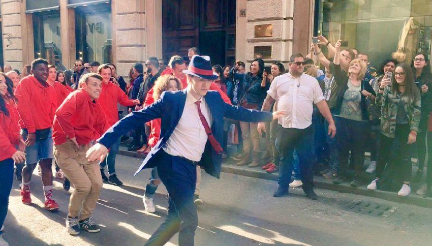 Sven Otten, il ballerino della Tim fa impazzire Piazza di Spagna