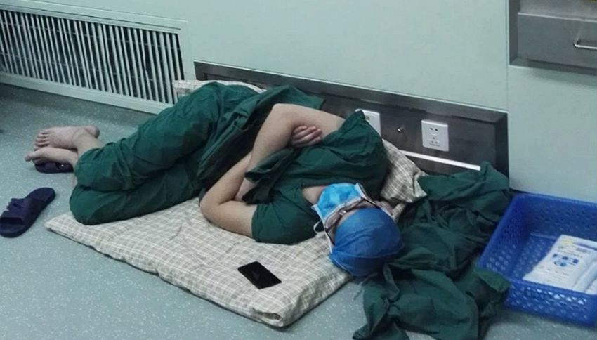 Si addormenta sul pavimento in ospedale dopo aver lavorato 28 ore