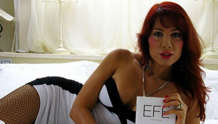 Il ritorno di Efe Bal: la trans si spoglia sull'aereo per Milano