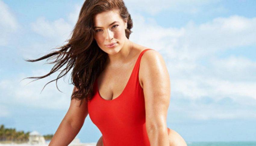La top curvy con il costume rosso alla Baywatch conquista i fan