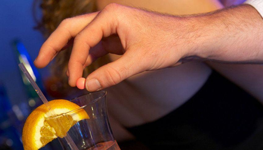La cannuccia che cambia colore dice se nel drink c'è la droga