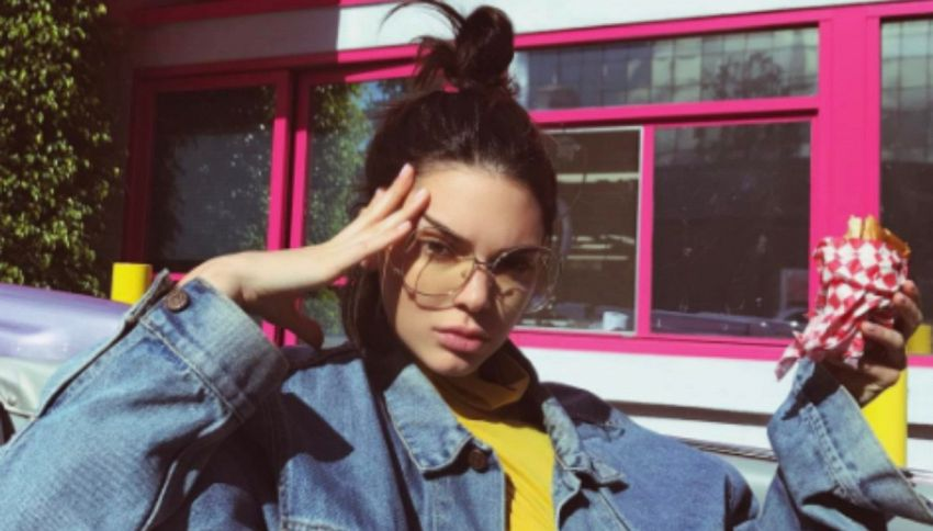 Kendall Jenner, caduta in bici