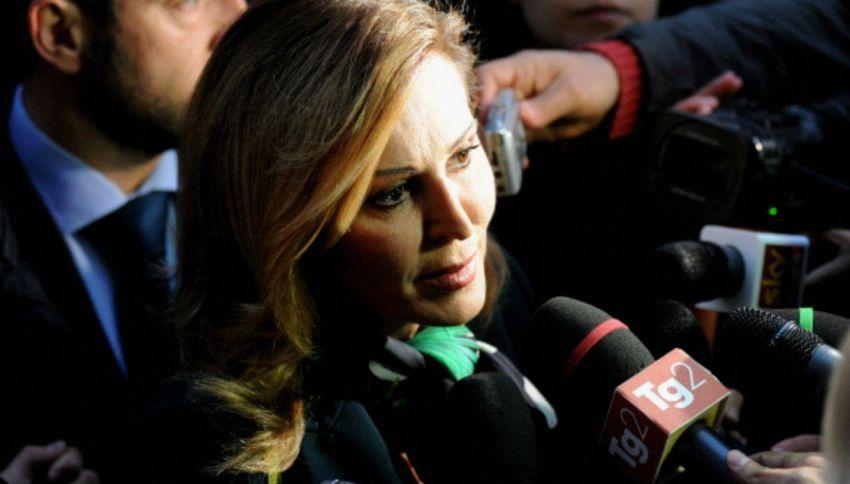 Daniela Santanché aggredita e presa a sassate in diretta tv