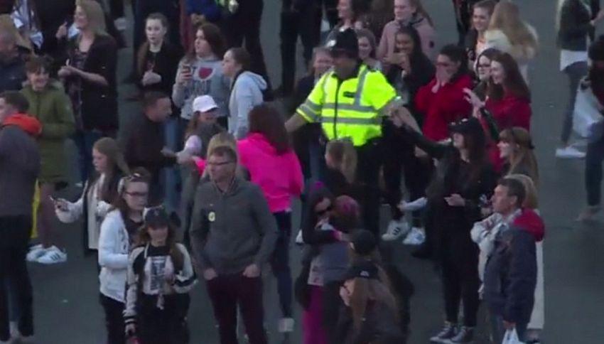 Il commovente girotondo del poliziotto al live di Ariana Grande