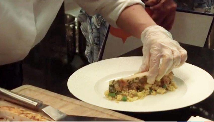 Donne e cibo: ecco cosa non deve mai mancare in tavola