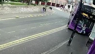 Centrato da un autobus, si rialza e va al pub