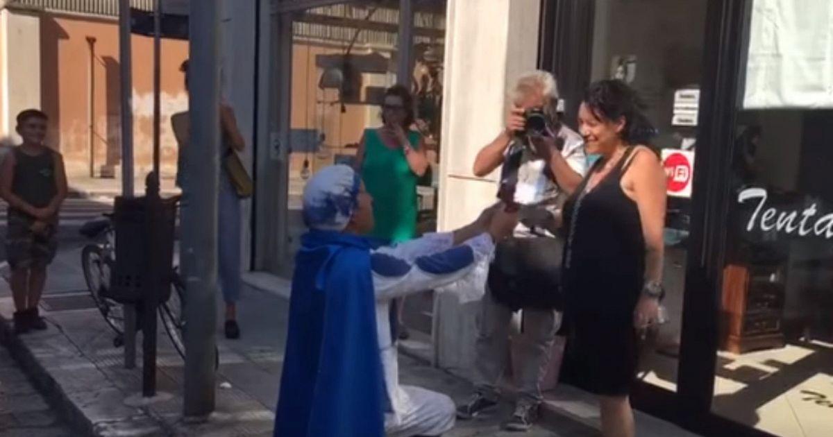 Matrimonio Principe Azzurro : Si traveste da principe azzurro per chiedere la mano dell