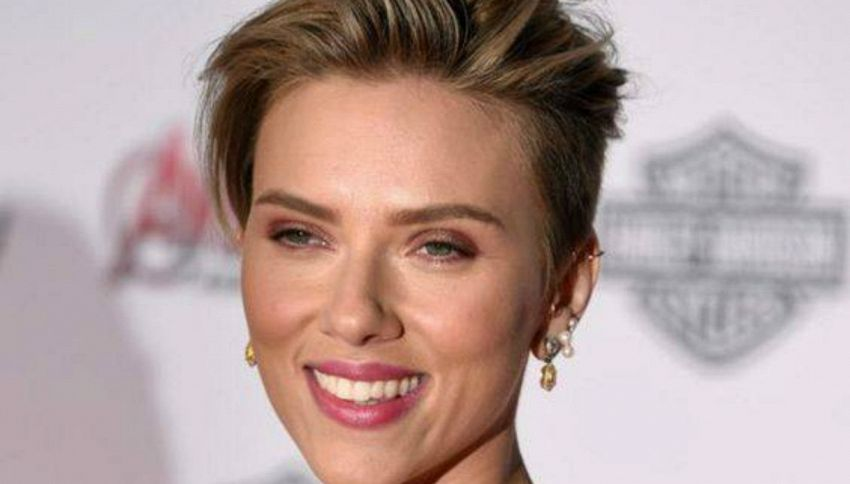 Scarlett Johansson, voci su un flirt con il comico Colin Jost