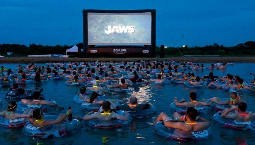Il cinema in cui puoi guardare Lo Squalo immerso nell'acqua