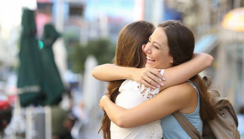 5 motivi per cui abbracciarsi fa bene alla salute